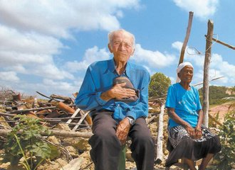 Senior farmers couple on the land in Suape from where they were forcefully evicted. Picture Folha de Sao Paulo