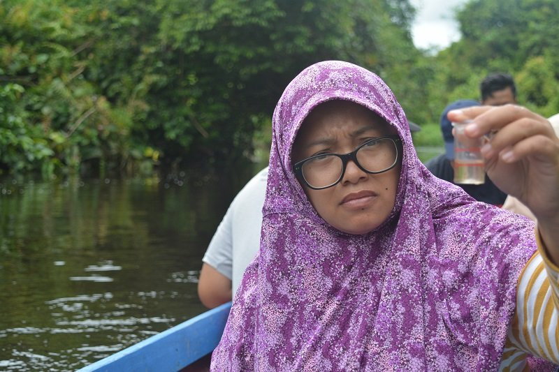 5_-_Riska_Darmawanti_of_Ecoton_testing_water_in_a_